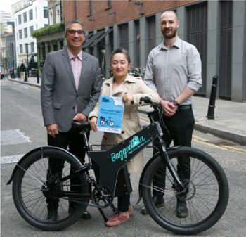 Bagged2u staff and Deputy Mayor of Hackney stand behind a Bagged2u ebike holding the Scooter Switch toolkit